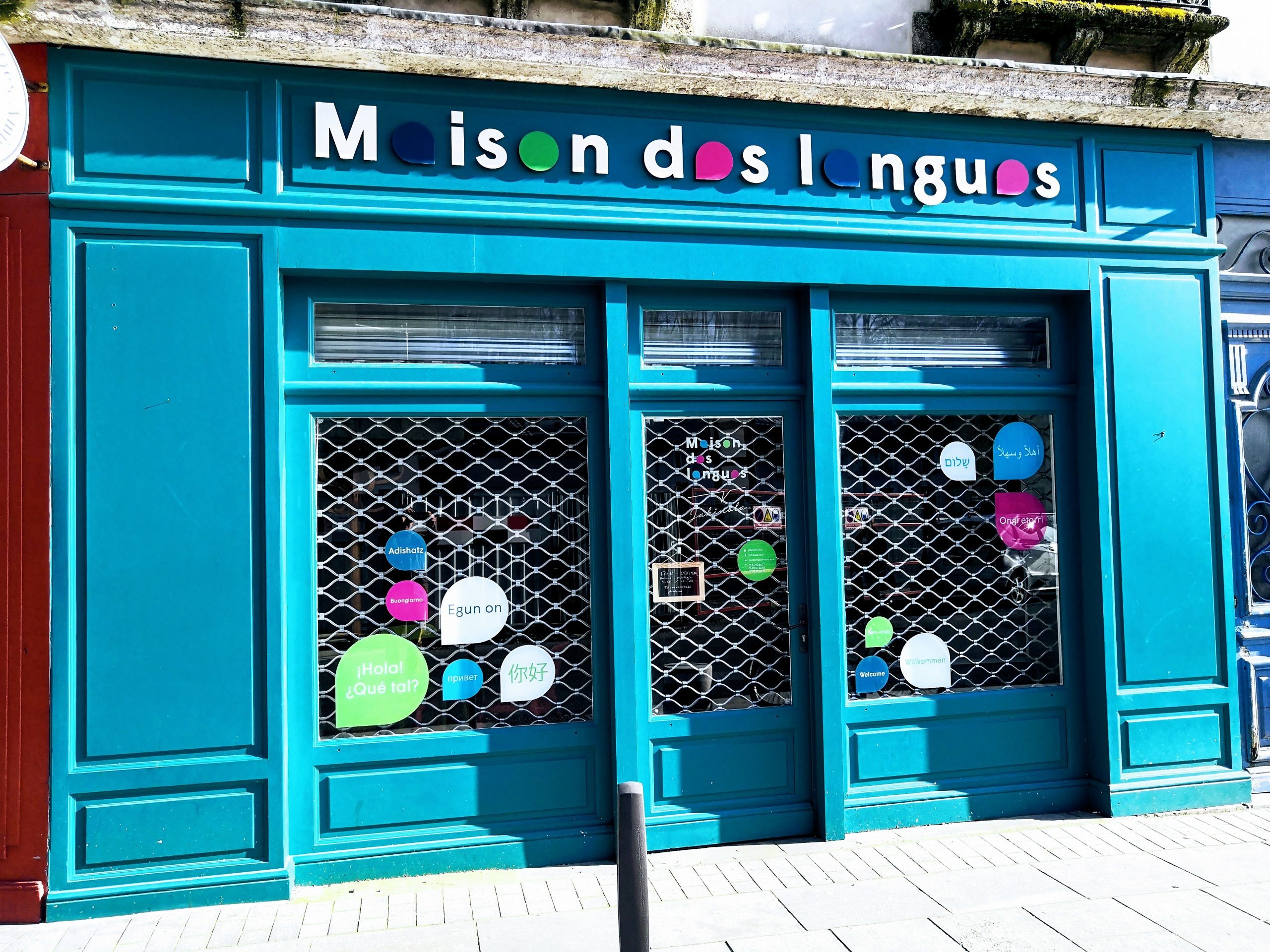 Vue de la rue du centre de formation aux langues jakinola à Bayonne